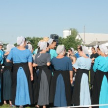 Photo d'un groupe de femme en tenue amish